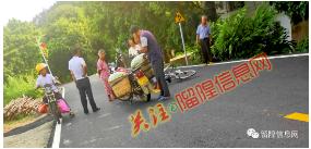 留隍某地发生一起交通事故,一老人受伤倒地…